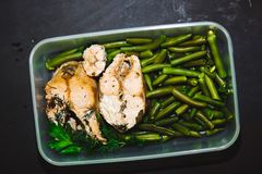 Здоровая закуска, еда в контейнере Испеченные красные рыбы, розовые фасоли семг, salmon и зеленых на черном конце предпосылки вве Стоковая Фотография RF
