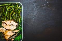Здоровая закуска, еда в контейнере Испеченные красные рыбы, розовые фасоли семг, salmon и зеленых на черном конце предпосылки вве Стоковые Изображения