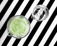Здоровая концепция еды vegan Зеленый smoothie с яблоком, кивиом, шпинатом Взгляд сверху фрактали цветка конструкции карточки пред стоковые изображения