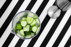 Здоровая концепция еды vegan Зеленый smoothie с яблоком, кивиом, шпинатом Взгляд сверху фрактали цветка конструкции карточки пред стоковое изображение rf