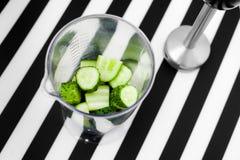 Здоровая концепция еды vegan Зеленый smoothie с яблоком, кивиом, шпинатом Взгляд сверху фрактали цветка конструкции карточки пред стоковые изображения rf