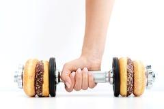 Здоровая концепция образа жизни предложенная donuts поднятия тяжестей Стоковое фото RF
