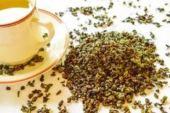 Здоровая концепция образа жизни с ароматичным сухим зеленым чаем стоковые изображения