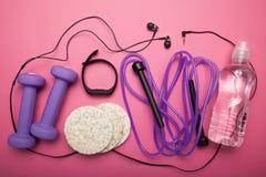 Здоровая концепция спорт на розовой предпосылке sportswear Аксессуары спорт Спортивный инвентарь r стоковое изображение rf