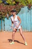 Здоровая милая женщина с ракеткой бадминтона на предпосылке outdoors Бадминтон играя концепцию Стоковая Фотография