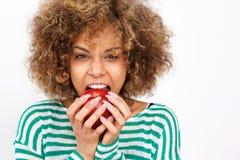 Здоровая молодая Афро-американская женщина сдерживая яблоко стоковые изображения rf