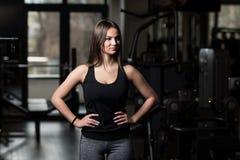 Здоровая молодая женщина изгибая мышцы стоковые фото