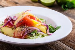Здоровая основанная на завод еда, салат с манго, грейпфрут и капуста стоковое изображение rf