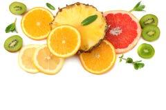 Здоровая предпосылка куски грейпфрута, плодоовощ кивиа, апельсина и ананаса изолированных на белом взгляд сверху предпосылки Стоковые Изображения RF