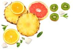 Здоровая предпосылка куски грейпфрута, плодоовощ кивиа, апельсина и ананаса изолированных на белом взгляд сверху предпосылки Стоковые Фото