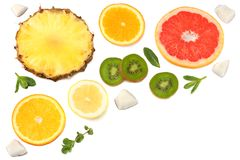 Здоровая предпосылка куски грейпфрута, плодоовощ кивиа, апельсина и ананаса изолированных на белом взгляд сверху предпосылки Стоковая Фотография RF