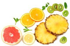 Здоровая предпосылка куски грейпфрута, плодоовощ кивиа, апельсина и ананаса изолированных на белом взгляд сверху предпосылки Стоковое Изображение RF