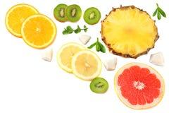 Здоровая предпосылка куски грейпфрута, плодоовощ кивиа, апельсина и ананаса изолированных на белом взгляд сверху предпосылки Стоковое фото RF