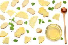 Здоровая предпосылка отрезанные имбирь, мед и лимон изолированный на белом взгляд сверху предпосылки стоковое фото rf