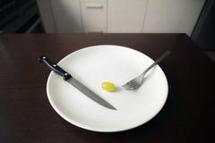 Здоровая тема еды: зеленая виноградина на белой плите освобождать вес, здоровый образ жизни стоковые изображения