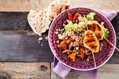 Здоровое блюдо протыкальника цыпленка барбекю с квиноа Стоковая Фотография RF