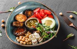 Здоровое блюдо шара Будды с авокадоом, томатом, сыром, нутом, свежим са стоковое фото rf