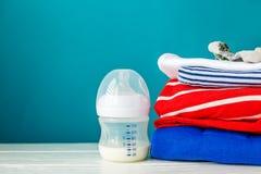 Здоровое питание для новорождённых в butylke и одежде Концепция новорождённых, материнство, забота, образ жизни Стоковое Фото