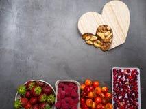 Здоровое питание для сердечно-сосудистой системы с деревянным сердцем, семена, ягоды, гайки стоковое изображение rf