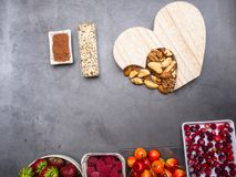 Здоровое питание для сердечно-сосудистой системы с деревянным сердцем, семенами, ягодами, гайками и какао стоковая фотография