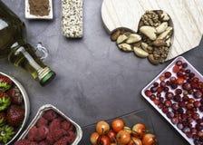 Здоровое питание для сердечно-сосудистой системы с деревянным сердцем, семена, ягоды, чокнутое масло какао, сердц-здоровые диетич стоковая фотография