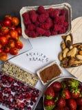 Здоровое питание для сердечно-сосудистой системы с семенами деревянного сердца, сезама, солнцецвета, тыквы и льна, ягодами, гайка стоковое изображение