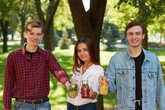 здоровое питание Друзья выпивая чай вытрезвителя Стоковая Фотография