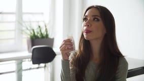 Здоровое питье Красивая женщина выпивая естественный югурт сток-видео