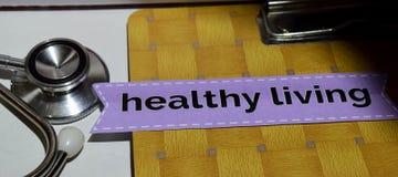 Здоровое прожитие на бумаге печати с концепцией медицинских и здравоохранения стоковые изображения