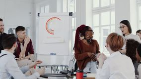 Здоровое рабочее место Встреча команды молодой красивой африканской бизнес-леди ведущая на ЭПОПЕЕ современного замедленного движе видеоматериал
