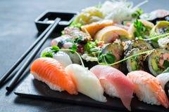 Здоровое смешивание суш с wasabi и соевым соусом стоковое изображение