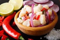Здоровое ceviche рыб трески с концом-вверх лука и перца на a Стоковые Фото