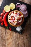 Здоровое ceviche рыб трески с концом-вверх лука и перца на a Стоковое Фото