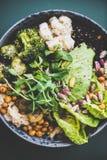 Здоровое superbowl vegan и зеленый smoothie на таблице стоковые изображения rf
