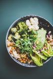 Здоровое superbowl vegan и зеленый smoothie на темной предпосылке стоковые фотографии rf