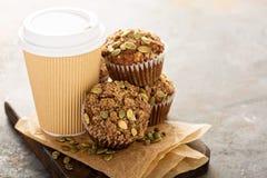Здоровые булочки тыквы с кофе, который нужно пойти Стоковая Фотография
