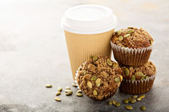 Здоровые булочки тыквы с кофе, который нужно пойти Стоковые Фото