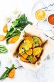 Здоровые вегетарианские наггеты с морковами, цветной капустой и шпинатом Vegetable наггеты Еда Vegan Взгляд сверху, белое стоковая фотография
