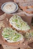 Здоровые вегетарианские bruschettas с хлебом, микро- зеленые цвета, hummus, Стоковая Фотография