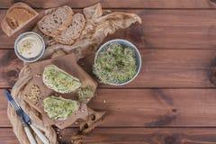 Здоровые вегетарианские bruschettas с хлебом, микро- зеленые цвета, hummus, Стоковое Изображение RF