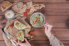 Здоровые вегетарианские bruschettas с хлебом, микро- зеленые цвета, hummus, Стоковое фото RF