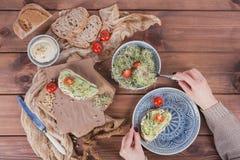 Здоровые вегетарианские bruschettas с хлебом, микро- зеленые цвета, hummus, Стоковое Изображение