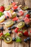 Здоровые все Popsicles плодоовощ с clo клубник кивиа ягод Стоковое Изображение