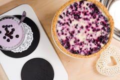 Здоровые десерты Домодельные очень вкусные пирог голубики и smoothie Стоковое Фото