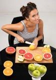 Здоровые еда и свежесть Милые цитрусовые фрукты отрезка молодой женщины Стоковые Изображения RF