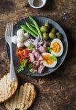 Здоровые завтрак или закуска - законсервированный тунец, зеленые фасоли, сыр моццареллы, томаты, вареное яйцо, оливки, зажаренный Стоковое Фото