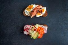 Здоровые здравицы завтрака Wholegrain куски хлеба рож с сливк Стоковое Изображение