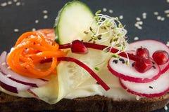 Здоровые здравицы завтрака Wholegrain куски хлеба рож с сливк Стоковое Фото