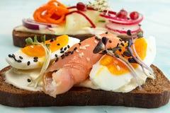 Здоровые здравицы завтрака Wholegrain куски хлеба рож с сливк Стоковая Фотография