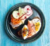 Здоровые здравицы завтрака Wholegrain куски хлеба рож с сливк Стоковые Изображения RF